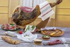 Jamon Serrano de Jamon Fim espanhol tradicional do presunto acima Seque o presunto espanhol curado da carne de porco em uma placa Foto de Stock Royalty Free