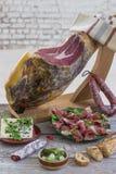 Jamon Serrano de Jamon Fim espanhol tradicional do presunto acima Seque o presunto espanhol curado da carne de porco em uma placa Imagens de Stock