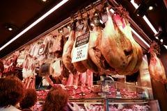Jamon shoppar i den LaBoqueria marknaden barcelona spain royaltyfria bilder