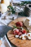 Jamon und Käse auf einem hölzernen Brett Lizenzfreies Stockfoto