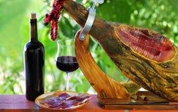 Jamon von Spanien und von Wein. Lizenzfreies Stockfoto