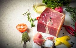 Jamon z ziele, pikantność, sól, oliwa z oliwek i pomidory na sto, Obrazy Stock