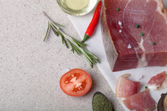 Jamon用草本和香料、盐、橄榄油和蕃茄在sto 免版税库存照片