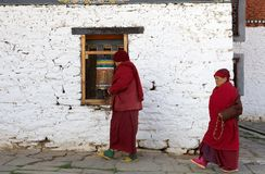 Jampey Lhakhang寺庙的, Chhoekhor,不丹香客 免版税库存照片