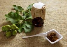 Jampotnoten op geweven jute met bladeren, fruit, witte cerami Royalty-vrije Stock Fotografie
