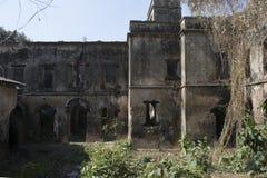 Jamunadighi, Burdwan, Indien - Januar 2018: Ruinen von einem Zamindar oder von Hauseigentümervilla im Dorf von ländlichem Bengal stockfotografie