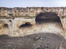 Jamy na wierzchołku biali skłony naturalni przyciągania Crimea góry Ak-Kaya zdjęcie royalty free