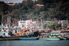 Jan 01, 2017 Cheung Chau wysp, Hong Kong: Tradycyjny połowu naczynie Porcelanowy parking w schronieniu Zdjęcie Stock