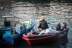 Jan 01, 2017 Cheung Chau wysp, Hong Kong: Tradycyjny połowu naczynie Porcelanowy parking w schronieniu Obrazy Royalty Free