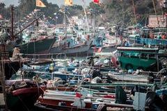 Jan 01, 2017 Cheung Chau wysp, Hong Kong: Tradycyjny połowu naczynie Porcelanowy parking w schronieniu Obrazy Stock