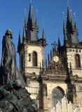 Jan Hus-gedenkteken met de Kerk van Onze Dame vóór Tyn in Praag, Tsjechische Republiek Royalty-vrije Stock Fotografie