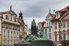 Jan Hus monument i gammal stadfyrkant i Prague Arkivfoto