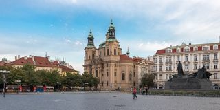 Jan Hus-Monument und die des Sankt Nikolaus Kirche in Prag lizenzfreie stockfotos