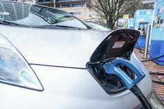 Jan 19, 2018 - Portland Or- Electric Vehicle Charging. Jan 19, 2018 - Portland Or: Electric vehicle charging at a public charging station in a city setting Stock Photos