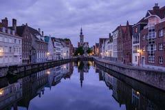 Jan van Eyckplein, alte Stadt von Brügge, Belgien während des Sonnenuntergangs Stockfotos