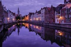 Jan van Eyckplein, alte Stadt von Brügge, Belgien während des Sonnenuntergangs Lizenzfreies Stockfoto