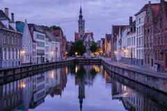 Jan van Eyckplein, alte Stadt von Brügge, Belgien während des Sonnenuntergangs Lizenzfreies Stockbild