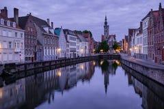 Jan van Eyckplein, alte Stadt von Brügge, Belgien während des Sonnenuntergangs Stockbild