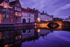 Jan van Eyckplein, alte Stadt von Brügge, Belgien während des Sonnenuntergangs Stockbilder