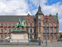 Jan Wellem rid- monument och gammalt stadshus i Dusseldorf, royaltyfri foto