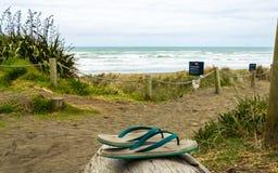 Jandals abandonado en la playa Aucland Nueva Zelanda de Muriwai Imagenes de archivo