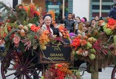 Jane Goodall--Ståtar den rosa bunken för den storslagna marskalken 2013 royaltyfri bild