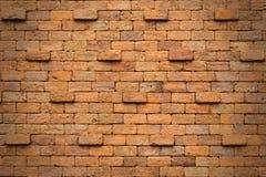 Janela aberta com a cesta da flor na parede de tijolo Imagens de Stock Royalty Free