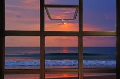 Janela aberta para ver o nascer do sol crepuscular do tom no mar em Tailândia Fotografia de Stock Royalty Free