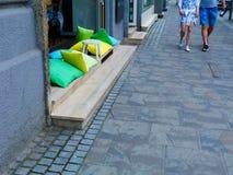 Janela acolhedor do restaurante com os coxins coloridos na rua de Budapest imagens de stock