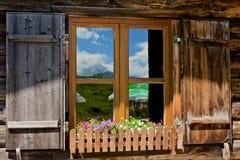 Janela alpina rústica da casa de campo Fotografia de Stock