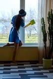 Janela atrativa da limpeza da empregada doméstica Foto de Stock