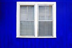 Janela azul do branco da parede Fotografia de Stock