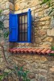 Janela azul em uma casa de pedra velha Imagens de Stock Royalty Free