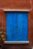 janela azul na parede do grunge Fotos de Stock