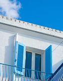 Janela azul sob um céu colorido Imagens de Stock Royalty Free