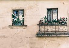 Janela, balcão, flores, fragmento, foto no estilo velho da imagem imagens de stock royalty free