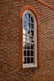 Janela branca clássica na fachada do tijolo foto de stock royalty free