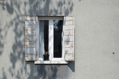 Janela branca decorativa no uma parede de madeira branca em Itália Fotos de Stock Royalty Free