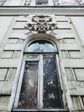 janela branca velha com arco e estuque fotografia de stock