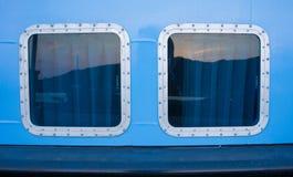 janela clara do navio 2 com reflexão da forma do retângulo e cor azul da parede fotografia de stock