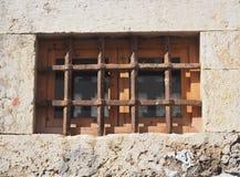 Janela com as barras de ferro na construção em Faro Portugal imagens de stock royalty free