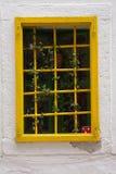 Janela com barras amarelas foto de stock