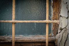 Janela com barras de janela em uma casa da degradação imagem de stock