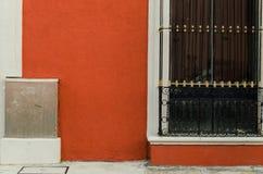 Janela com barras pretas e uma caixa do metal foto de stock