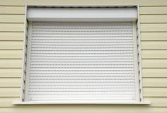 Janela com a casa externo das cortinas do branco Imagens de Stock