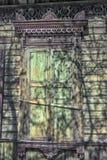 Janela com cinzeladura de arquitraves e de obturadores fechados imagem de stock royalty free