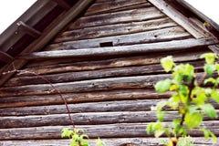 Janela com flor em uma casa de madeira velha em Rússia Imagem de Stock Royalty Free