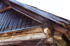 Janela com flor em uma casa de madeira velha em Rússia Imagens de Stock