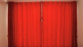 Janela com fundo fechado das cortinas vermelhas Imagens de Stock Royalty Free