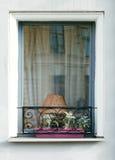 Janela com lâmpada e estrutura decorativa Imagens de Stock Royalty Free